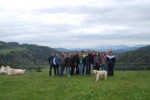 Die Jungzüchtergruppe zu Gast beim Betrieb Maizinger in Himmelberg, sichtlich begeistert von den Tieren und dem herrlichen Ausblick auf die Berge.